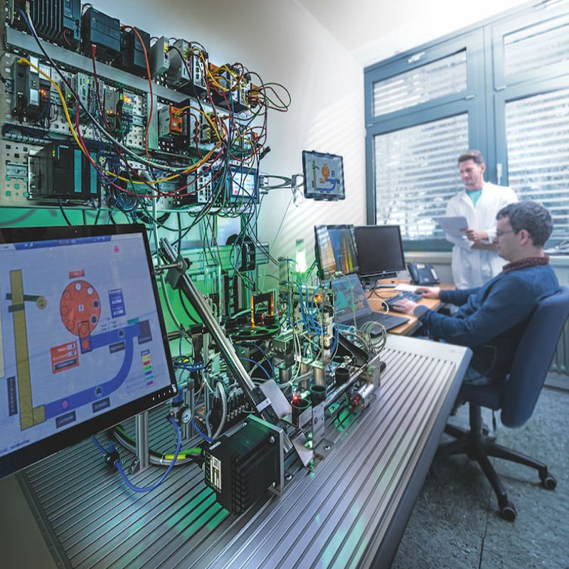 Researchers in the lab at Fraunhofer